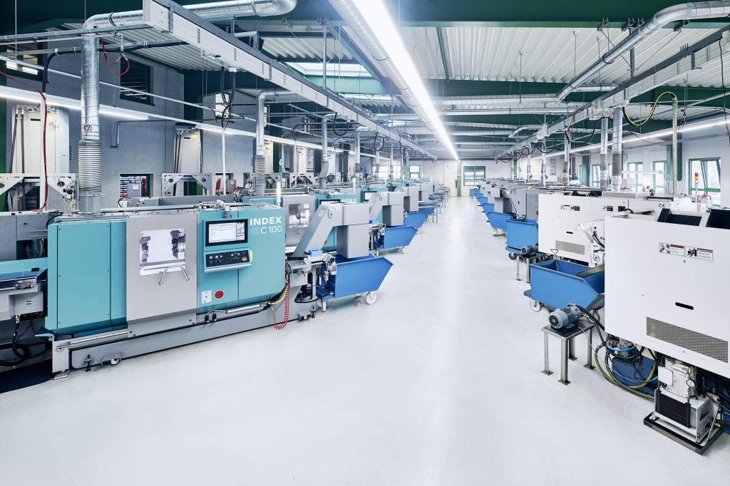 Produktionshalle mit zahlreichen Index C100 Drehmaschinen für die Fertigung von Präzision Drehteilen.