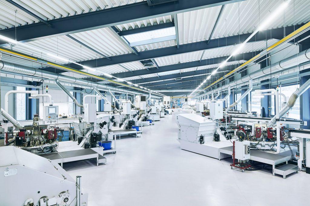 In der Hydromatenhalle stehen mehrere AnlagenPfiffner Hydromat Drehmaschinen zur Fertigung komplexer Drehteile.