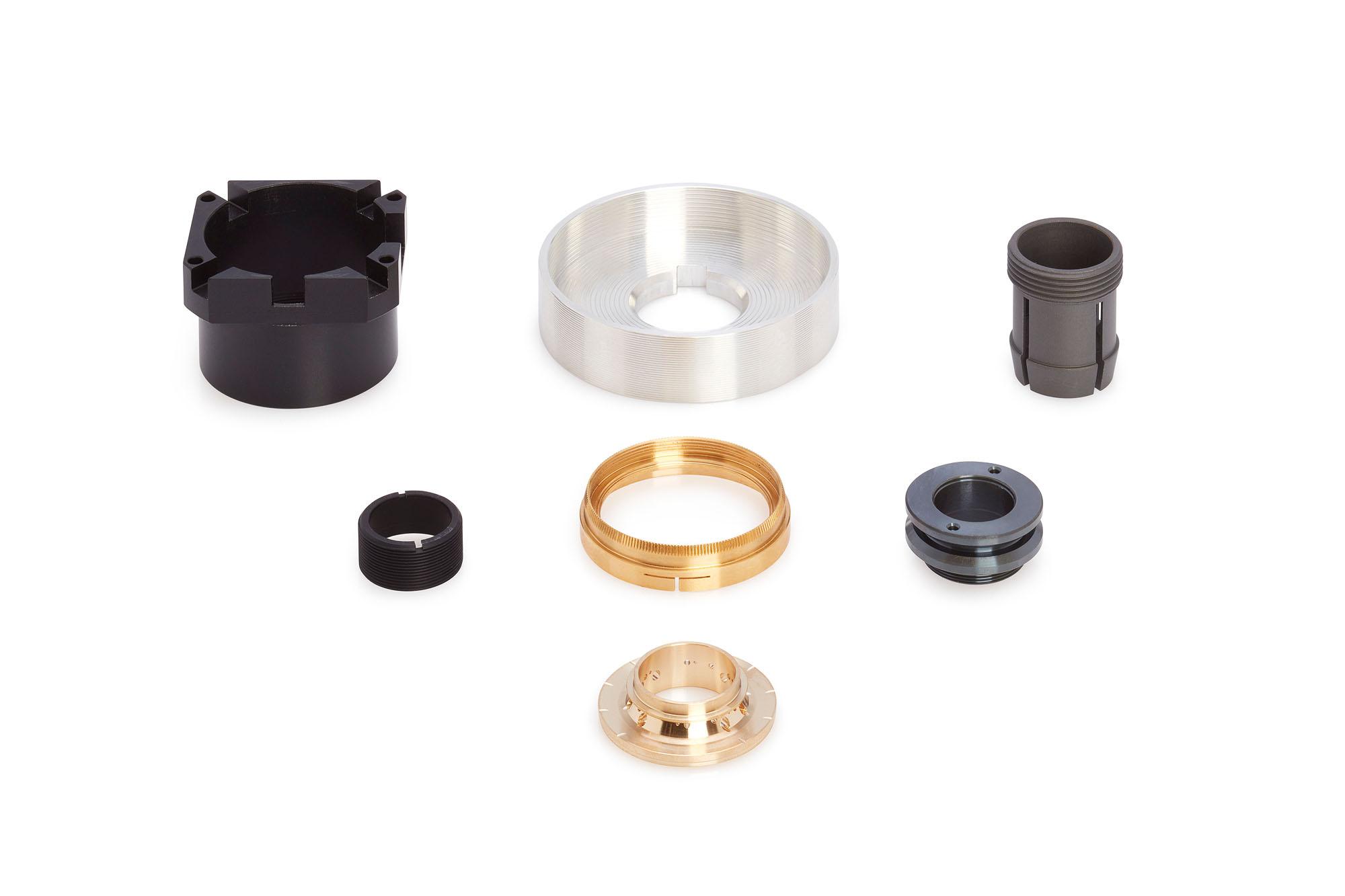 Abbildungen verschiedener Bestandteile der Drehmaschinen der optischen Industrie.