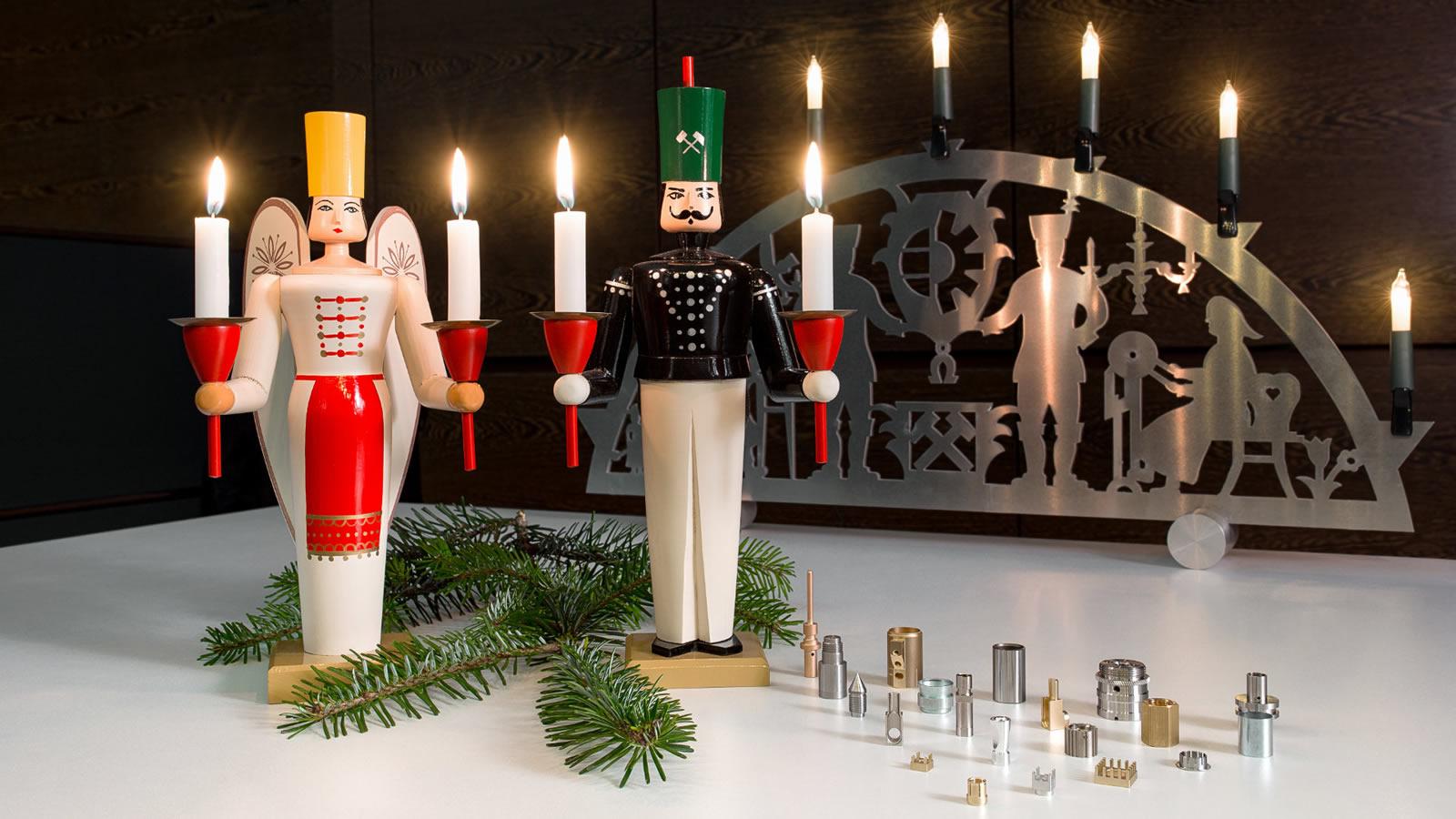 Weihnachtliche Dekoration mit Schwippbogen und geschnitzten Kerzenleuchtern. Daneben verschiedene Drehteile.
