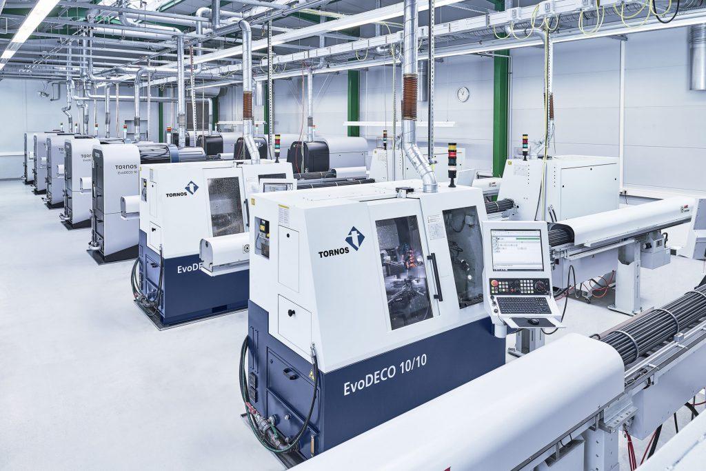 Anlage mit mehreren EvoDeco 10 Drehmaschinen für Lang- und Kurzdrehteile.