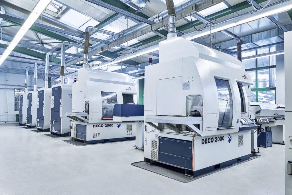 Anlage mit einigen Deco 2000 Drehmaschinen zur Produktion von Präzisionsdrehteilen.